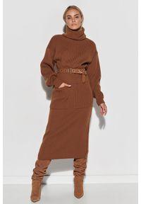 Makadamia - Długa Swetrowa Sukienka z Golfem - Brązowa. Typ kołnierza: golf. Kolor: brązowy. Materiał: akryl. Długość: maxi