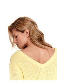Żółty sweter TOP SECRET z dekoltem w serek