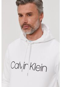 Calvin Klein - Bluza bawełniana. Okazja: na co dzień. Kolor: biały. Materiał: bawełna. Wzór: nadruk. Styl: casual