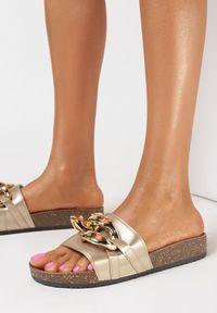 Born2be - Złote Klapki Nixishia. Nosek buta: okrągły. Kolor: złoty. Materiał: guma. Styl: klasyczny