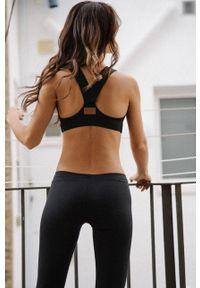 MUUV - Biustonosz sportowy V Shape. Kolor: czarny. Materiał: materiał, guma. Rodzaj stanika: odpinane ramiączka