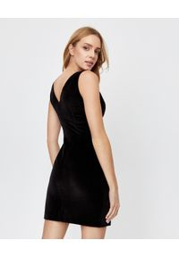 MARLU - Czarna sukienka mini. Okazja: na randkę, na imprezę. Kolor: czarny. Materiał: welur, materiał. Typ sukienki: dopasowane, kopertowe. Styl: klasyczny, wizytowy. Długość: mini