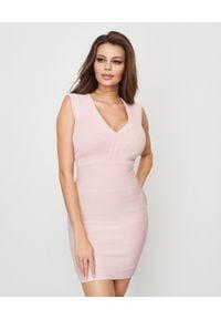 HERVE LEGER - Sukienka bandażowa mini. Kolor: różowy, fioletowy, wielokolorowy. Materiał: materiał. Typ sukienki: dopasowane, z odkrytymi ramionami. Styl: wizytowy, klasyczny, elegancki. Długość: mini