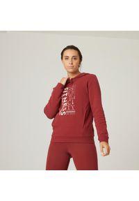 DOMYOS - Bluza z kapturem fitness damska Nyamba. Typ kołnierza: kaptur. Kolor: czerwony. Materiał: włókno, dzianina, bawełna, materiał. Wzór: ze splotem. Sport: fitness