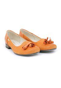 Zapato - balerinki dziurkowane - skóra naturalna - model 010 - kolor dyniowy. Okazja: do pracy. Nosek buta: okrągły. Materiał: skóra. Wzór: ażurowy. Obcas: na obcasie. Styl: elegancki, klasyczny. Wysokość obcasa: niski