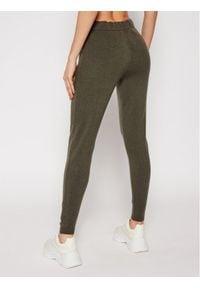 Guess Spodnie dresowe Tania W0RR10 R2QA0 Zielony Regular Fit. Kolor: zielony. Materiał: dresówka