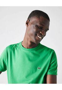 Lacoste - LACOSTE - Zielony t-shirt z logo Regular Fit. Kolor: zielony. Materiał: bawełna, jeans. Wzór: haft. Sezon: lato, wiosna. Styl: klasyczny
