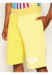 Guess Szorty sportowe J BALVIN M0FQ69 RA1B0 Żółty Regular Fit. Kolor: żółty