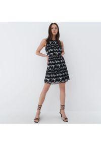 Mohito - Plisowana sukienka mini - Czarny. Kolor: czarny. Długość: mini