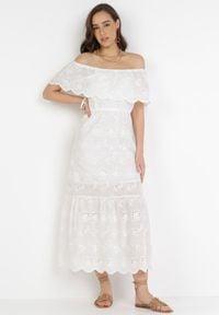 Born2be - Biała Sukienka Aqialise. Typ kołnierza: dekolt hiszpanka. Kolor: biały. Materiał: bawełna, materiał. Wzór: haft. Długość: midi