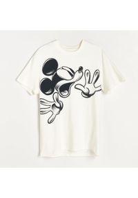 Kremowy t-shirt Reserved z motywem z bajki