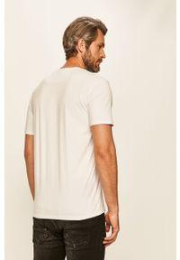 Biały t-shirt Guess Jeans casualowy, na co dzień, z nadrukiem, z okrągłym kołnierzem