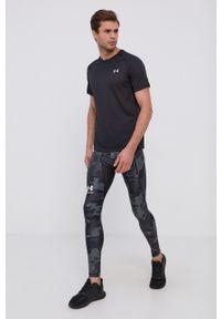 Under Armour - T-shirt. Kolor: czarny. Materiał: dzianina. Długość rękawa: raglanowy rękaw. Wzór: nadruk