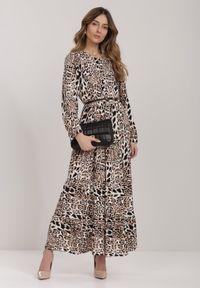 Renee - Camelowa Sukienka Athymes. Długość rękawa: długi rękaw. Wzór: motyw zwierzęcy. Długość: maxi