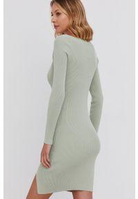 Answear Lab - Sukienka. Kolor: turkusowy. Materiał: dzianina. Długość rękawa: długi rękaw. Wzór: gładki. Typ sukienki: dopasowane. Styl: wakacyjny