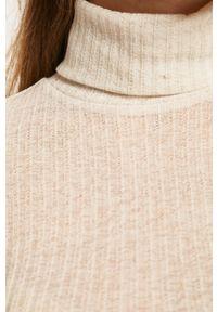 Beżowy sweter Pieces z golfem