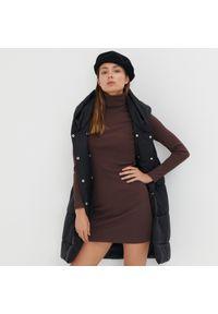 Sinsay - Dopasowana sukienka mini z golfem - Brązowy. Typ kołnierza: golf. Kolor: brązowy. Długość: mini