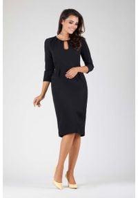Nommo - Czarna Wizytowa Dopasowana Sukienka z Dekoracyjnym Dekoltem. Kolor: czarny. Materiał: wiskoza, poliester. Styl: wizytowy