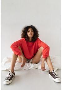 Marsala - Bluza damska o kroju regular fit w kolorze STRAWBERRY RED - BASKET BY MARSALA. Materiał: dzianina, dresówka, jeans, bawełna, elastan. Sezon: zima, wiosna, lato, jesień. Styl: klasyczny
