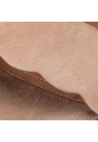 Klapki QUAZI - QZ-17-04-000439 803. Kolor: beżowy. Materiał: zamsz, skóra. Obcas: na obcasie. Styl: elegancki. Wysokość obcasa: średni