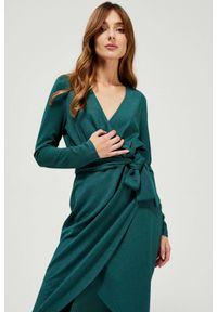 MOODO - Dzianinowa sukienka z wiązaniem. Typ kołnierza: dekolt w serek. Materiał: dzianina. Wzór: gładki. Typ sukienki: proste, kopertowe. Styl: elegancki, glamour