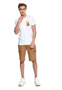 TOP SECRET - T-shirt z nadrukiem. Okazja: na co dzień. Kolor: biały. Materiał: tkanina, bawełna. Długość rękawa: krótki rękaw. Długość: krótkie. Wzór: nadruk. Sezon: lato. Styl: casual, wakacyjny, klasyczny, elegancki