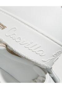 RENE CAOVILLA - Białe sneakersy Xtra ze złotymi kryształami. Kolor: biały. Materiał: guma. Wzór: napisy, aplikacja #5