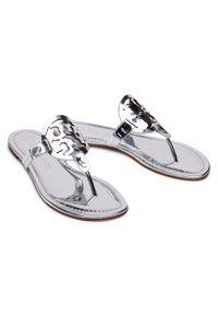 Tory Burch - Japonki TORY BURCH - Miller Mirror Metalic 81362 Silver 040. Kolor: srebrny. Materiał: skóra ekologiczna, skóra. Sezon: lato. Obcas: na obcasie. Wysokość obcasa: średni