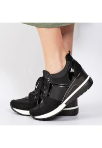 Czarne sneakersy półbuty damskie POTOCKI 12036. Kolor: czarny. Materiał: tkanina, skóra. Obcas: na koturnie. Styl: klasyczny. Wysokość obcasa: średni