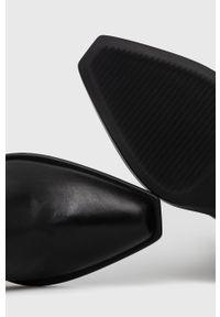 Armani Exchange - Kowbojki skórzane. Kolor: czarny. Materiał: skóra. Obcas: na obcasie. Wysokość obcasa: średni