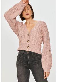 Różowy sweter rozpinany Answear Lab wakacyjny