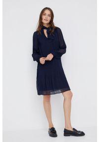DKNY - Dkny - Sukienka. Okazja: na co dzień. Kolor: niebieski. Materiał: tkanina. Długość rękawa: długi rękaw. Wzór: gładki. Typ sukienki: proste, plisowane. Styl: casual