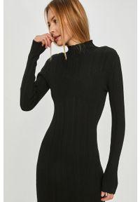 Czarna sukienka Answear Lab wakacyjna, z długim rękawem
