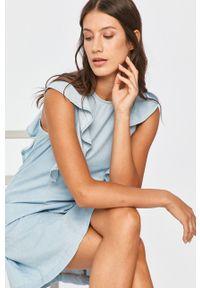 Niebieska sukienka Answear Lab na co dzień, z okrągłym kołnierzem, rozkloszowana, wakacyjna