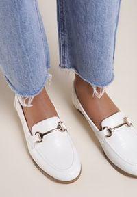 Renee - Białe Mokasyny Barnard. Nosek buta: okrągły. Zapięcie: bez zapięcia. Kolor: biały. Materiał: skóra, materiał. Szerokość cholewki: normalna. Obcas: na obcasie. Wysokość obcasa: niski