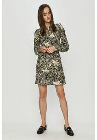 Vero Moda - Sukienka. Typ kołnierza: kołnierzyk stójkowy. Materiał: tkanina. Długość rękawa: długi rękaw. Typ sukienki: rozkloszowane