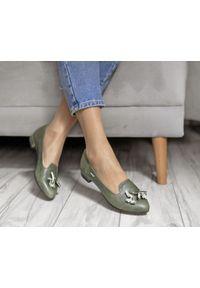 Zapato - zielone baleriny z ostrym czubkiem - skóra naturalna - model 045 - kolor zielony retro. Zapięcie: bez zapięcia. Kolor: zielony. Materiał: skóra. Wzór: motyw zwierzęcy, kwiaty, kolorowy. Obcas: na obcasie. Styl: retro. Wysokość obcasa: średni