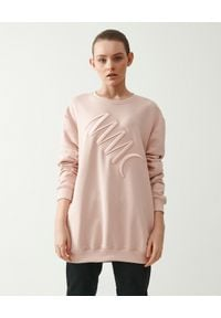 MMC STUDIO - Różowa bluza z logo Label. Kolor: różowy, fioletowy, wielokolorowy. Materiał: jeans, bawełna. Długość rękawa: długi rękaw. Długość: długie. Wzór: haft, aplikacja