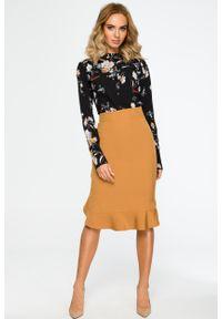 e-margeritka - Elegancka spódnica ołówkowa z falbaną cynamonowa - l. Stan: podwyższony. Kolor: brązowy. Materiał: poliester, materiał, elastan. Wzór: gładki, aplikacja. Styl: elegancki
