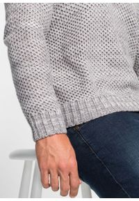 Sweter ze stójką bonprix szary melanż. Typ kołnierza: kołnierzyk stójkowy. Kolor: szary. Materiał: skóra, akryl, dzianina, materiał. Wzór: melanż