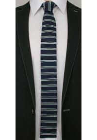 Alties - Casualowy, Dziergany Krawat Męski Knit - Granat z Zielonym Motywem. Okazja: na co dzień. Kolor: niebieski. Materiał: dziergany. Wzór: prążki, paski. Styl: casual