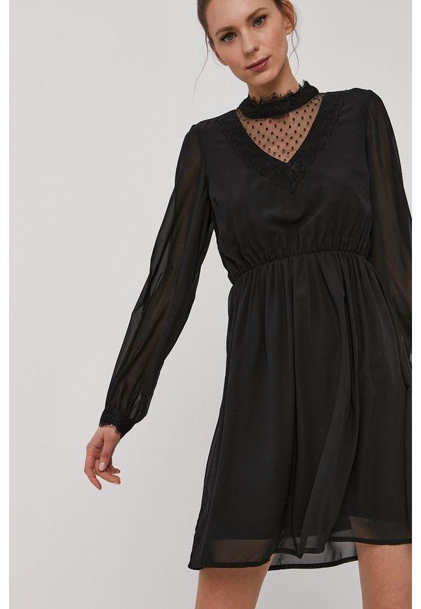 Vero Moda - Sukienka. Typ kołnierza: kołnierzyk stójkowy. Kolor: czarny. Materiał: tkanina, koronka. Długość rękawa: długi rękaw. Wzór: gładki. Typ sukienki: rozkloszowane