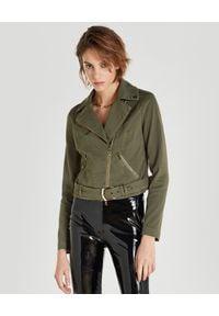 Patrizia Pepe - PATRIZIA PEPE - Bawełniana ramoneska khaki. Okazja: na co dzień. Kolor: zielony. Materiał: bawełna. Długość rękawa: długi rękaw. Długość: długie. Styl: klasyczny, casual
