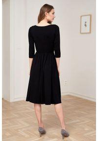 Marie Zélie - Sukienka Emelina czarna. Kolor: czarny. Materiał: guma, dzianina, materiał, wiskoza, elastan. Styl: klasyczny. Długość: midi