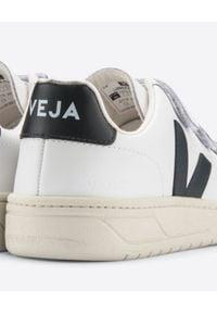 Veja - VEJA - Białe sneakersy V-Lock. Zapięcie: pasek. Kolor: biały. Materiał: guma, materiał. Szerokość cholewki: normalna. Wzór: aplikacja, paski