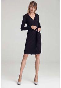 Nife - Czarna Dzianinowa Sukienka z Zakładanym Dekoltem. Kolor: czarny. Materiał: dzianina