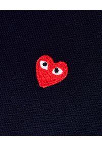 COMME DES GARCONS PLAY - Granatowa koszulka polo z sercem. Okazja: na co dzień. Typ kołnierza: polo. Kolor: niebieski. Materiał: jeans. Styl: klasyczny, elegancki, casual