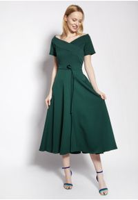 e-margeritka - Sukienka wizytowa midi z odkrytymi ramionami zielona - 38. Kolor: zielony. Materiał: tkanina, materiał, poliester. Długość rękawa: krótki rękaw. Typ sukienki: z odkrytymi ramionami. Styl: wizytowy. Długość: midi