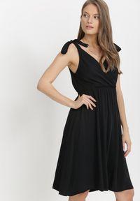 Born2be - Czarna Sukienka Nysheshi. Typ kołnierza: kokarda, dekolt w kształcie V. Kolor: czarny. Materiał: wiskoza, materiał. Wzór: aplikacja. Typ sukienki: kopertowe. Długość: mini