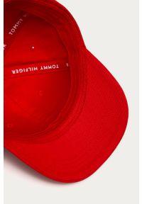 Czerwona czapka z daszkiem TOMMY HILFIGER z aplikacjami